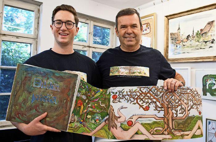 Enkel Florian und Sohn Martin Wiedmann halten das Erbe des Malers Willy Wiedmann hoch. Foto: Lichtgut - Oliver Willikonsky